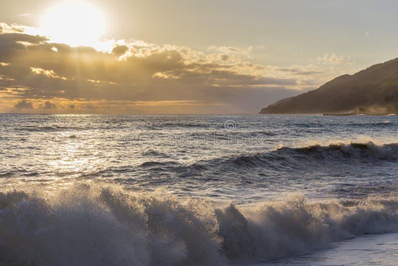 Härlig solnedgång över kusten arkivbilder