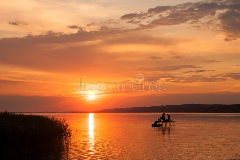 Härlig solnedgång över sjön Balaton fotografering för bildbyråer