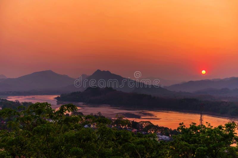 Härlig solnedgång över sjön i Luang prabang, Laos royaltyfri fotografi