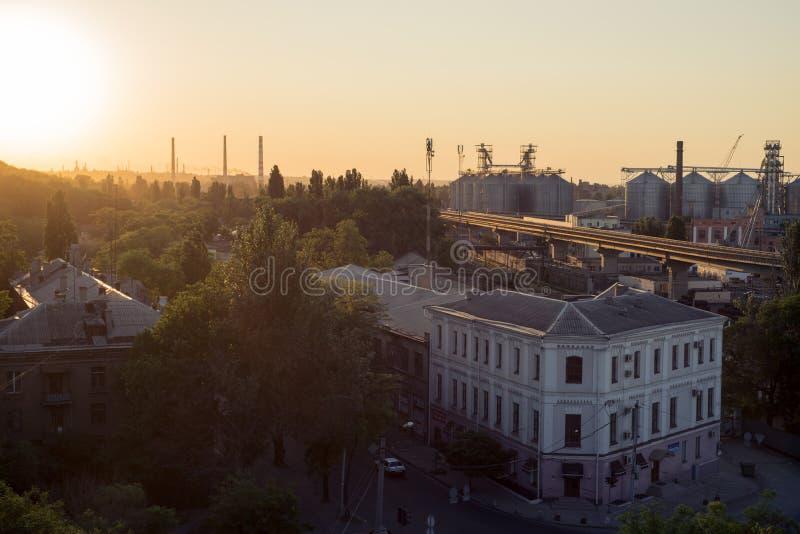 Härlig solnedgång över staden arkivfoton