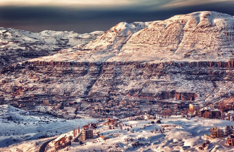 Härlig solnedgång över vinterlandskap arkivfoto