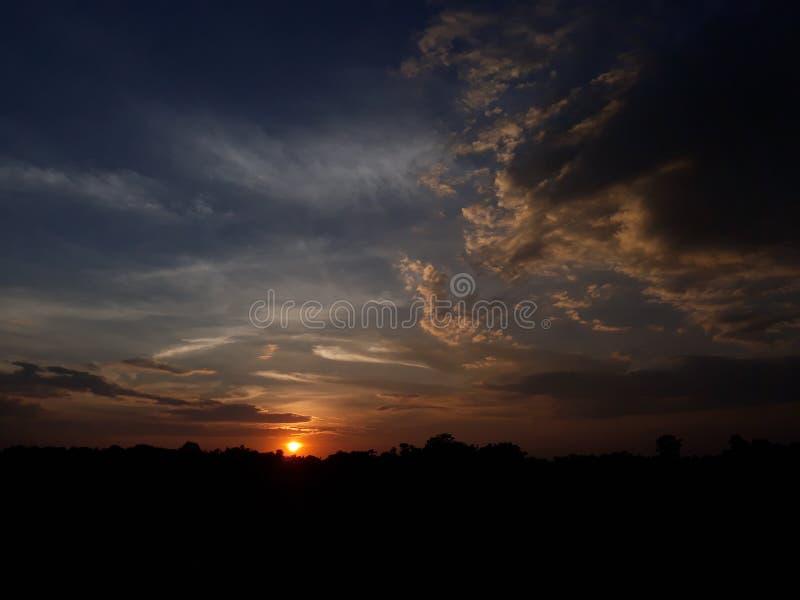 Härlig solnedgång av byn arkivbilder