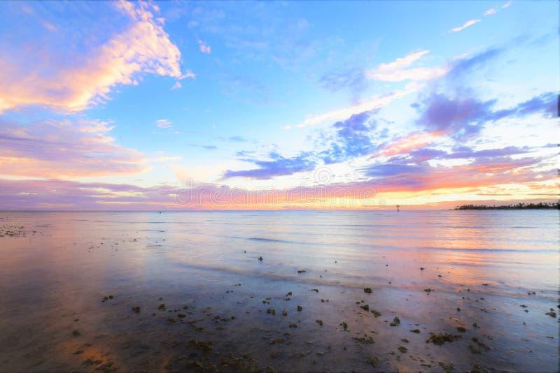 H?rlig solnedg?ng av den Hickam stranden, Hawaii royaltyfri bild