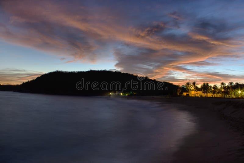 Härlig solnedgång, Bahia Chahue Huatulco Oaxaca, Mexico Lokaliserad ?st av Bahia Tangolunda royaltyfri bild