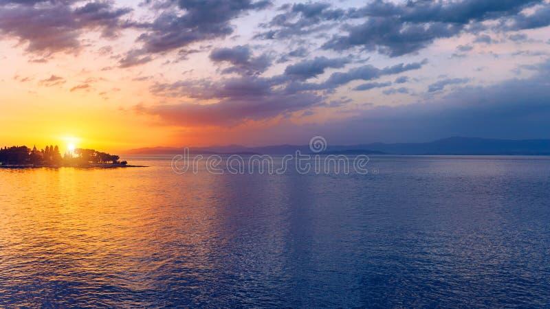Härlig solnedgång eller soluppgång ovanför havet Tropisk solnedgång eller soluppgång över havet Färgglad solnedgång eller soluppg royaltyfria foton