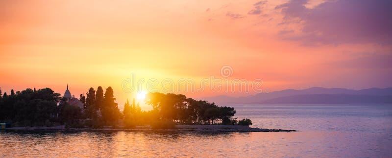 Härlig solnedgång eller soluppgång ovanför havet Tropisk solnedgång eller soluppgång över havet Färgglad solnedgång eller soluppg arkivfoto