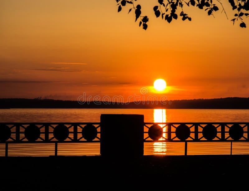 Härlig solnedgång eller soluppgång på sjöpromenaden arkivbilder