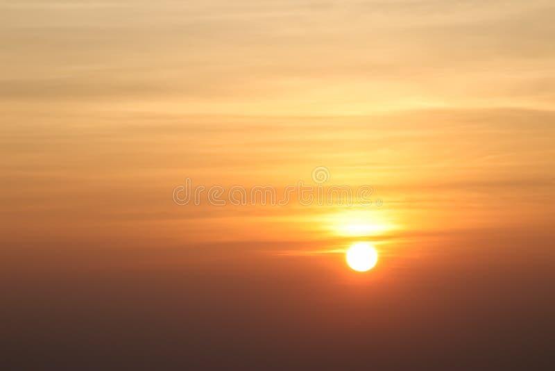 Härlig solnedgång eller soluppgånghimmel ovanför moln med dramatiskt ljus royaltyfri bild