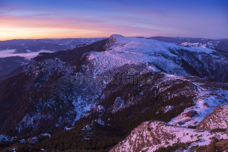 Härlig solnedgång eller soluppgånglandskap i rumänska Carpathians arkivfoto