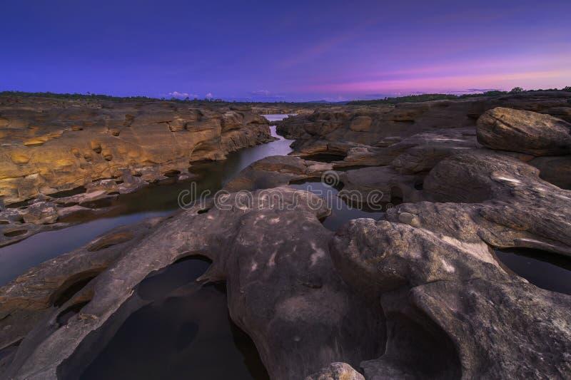 Härlig solnedgång för sikt i Mekong River bokpanna sam royaltyfri bild