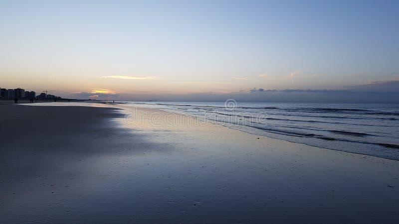 Härlig solnedgång i Belgien vid havet royaltyfria foton
