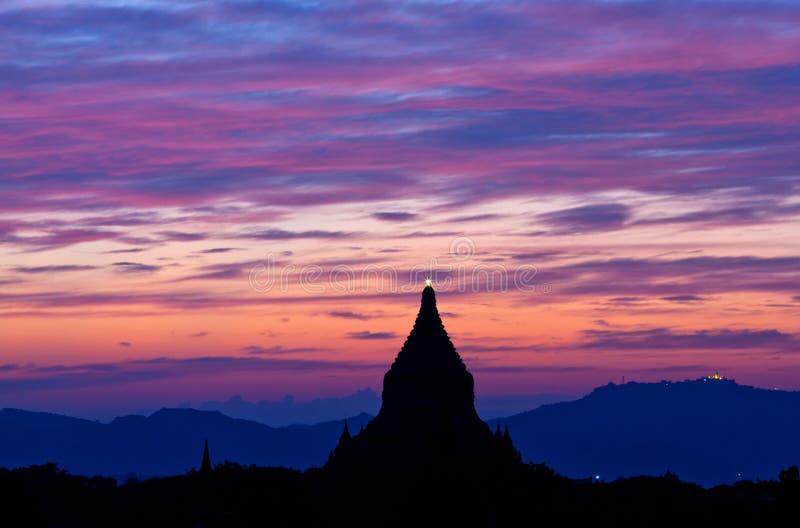 Härlig solnedgång i den Bagan Archaeological zonen, Myanmar royaltyfri foto