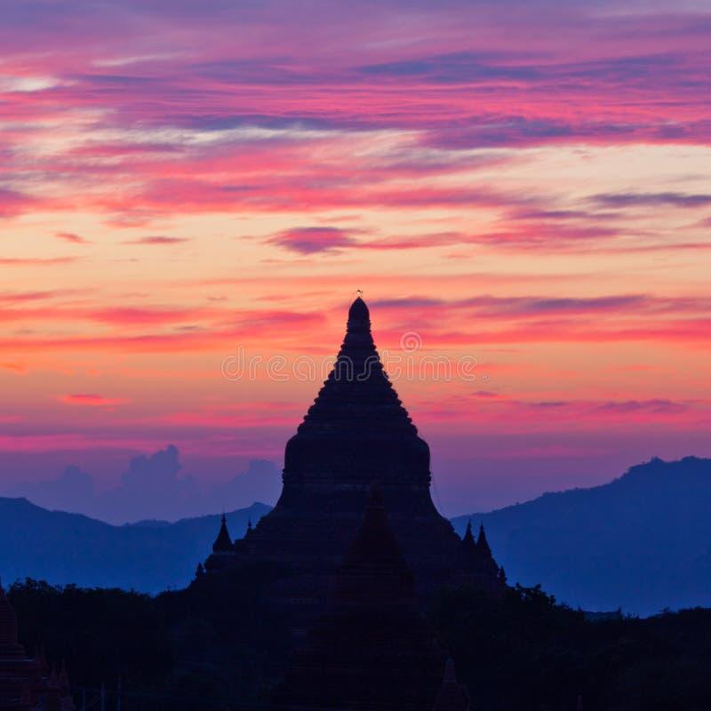 Härlig solnedgång i den Bagan Archaeological zonen, Myanmar royaltyfri bild