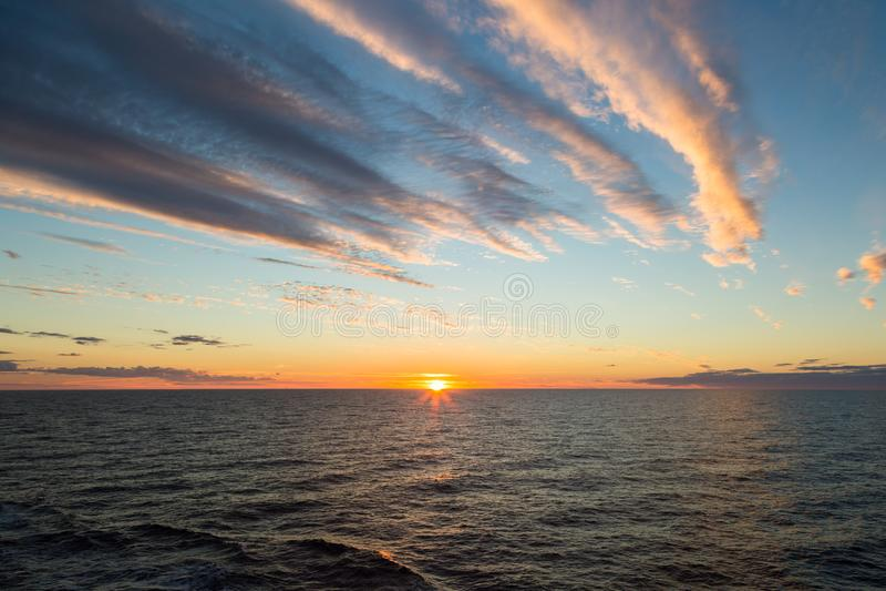 Härlig solnedgång i det öppna havet fotografering för bildbyråer