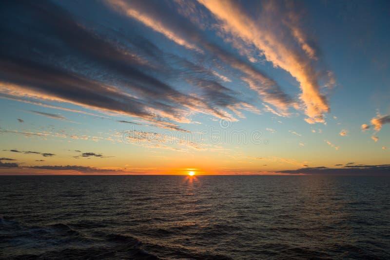 Härlig solnedgång i det öppna havet arkivbilder