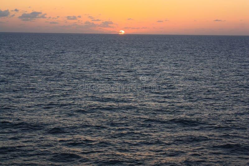 Härlig solnedgång i det karibiska havet royaltyfria foton