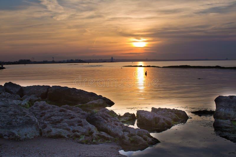 Härlig solnedgång i guling som bakgrund Azerbajdzjan natur Solnedgången, havet och molnen caspian hav Azerbajdzjan Baku fotografering för bildbyråer