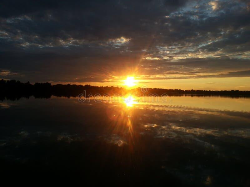 Härlig solnedgång i Kyiv, Desenka flod royaltyfria foton