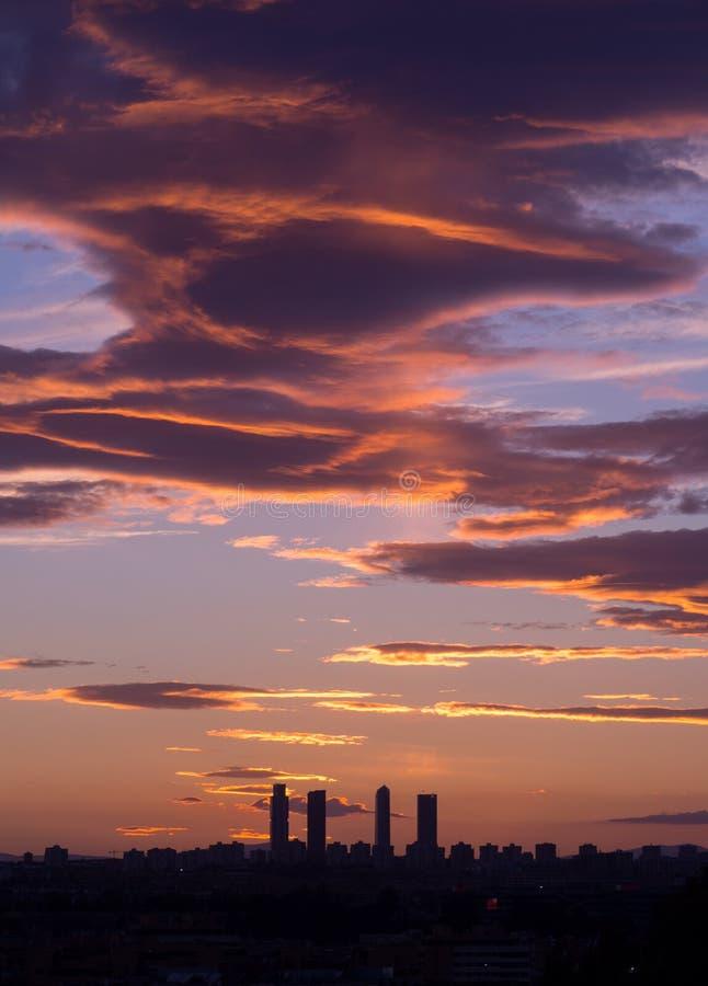 Härlig solnedgång i Madrid med skyskraporna i ram royaltyfri foto