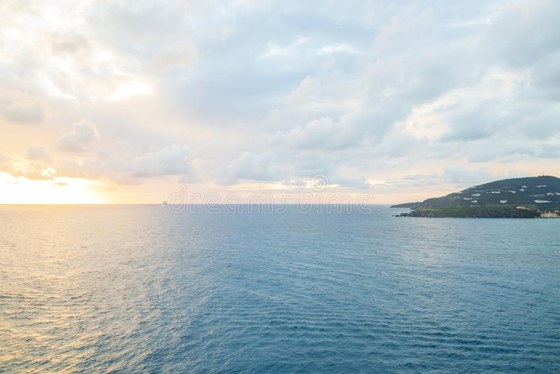 Härlig solnedgång i Philipsburg, ö för St Maarten i karibiskt fotografering för bildbyråer