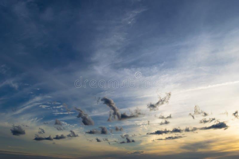 Härlig solnedgång i röd/för blått molnig himmel fotografering för bildbyråer