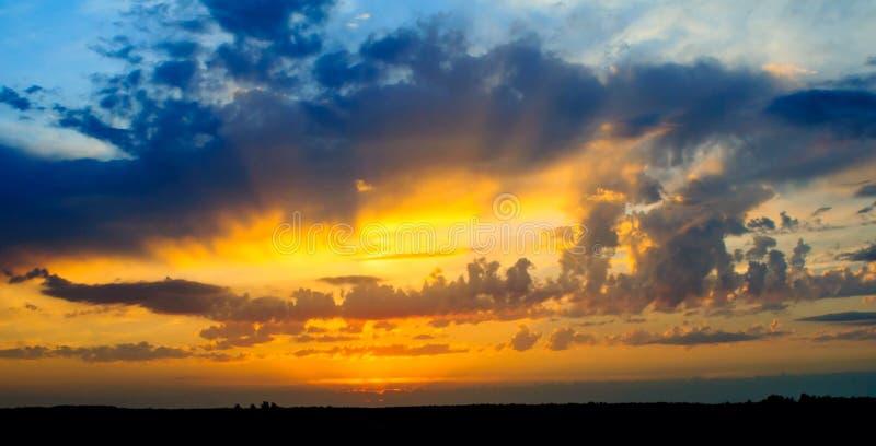Härlig solnedgång i stäppen royaltyfri foto