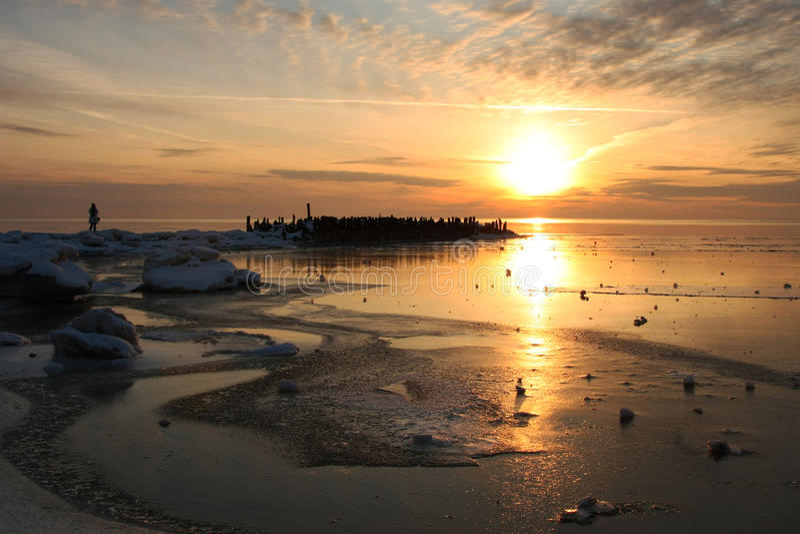 Härlig solnedgång i vinterhavet arkivfoton