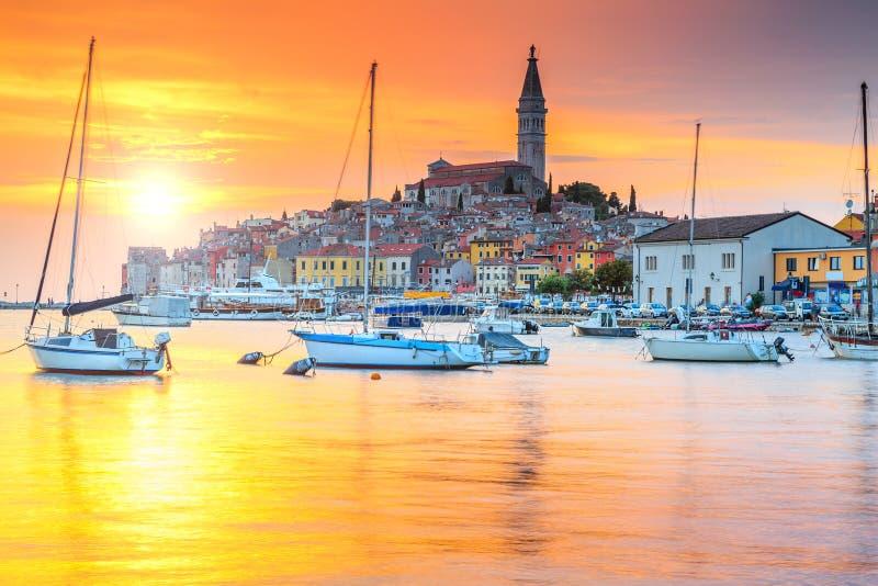 Härlig solnedgång med den Rovinj hamnen, Istria region, Kroatien, Europa arkivbilder