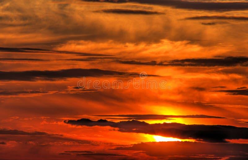 Härlig solnedgång med dramatiska oklarheter royaltyfri bild