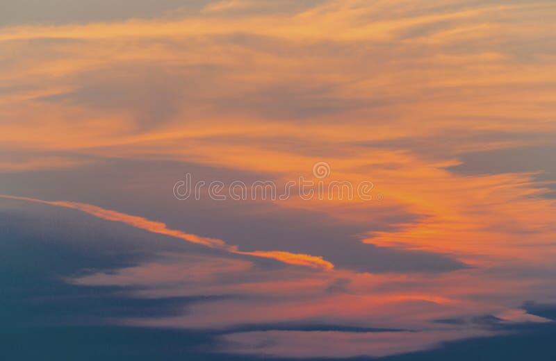 Härlig solnedgång med dramatiska oklarheter royaltyfria bilder