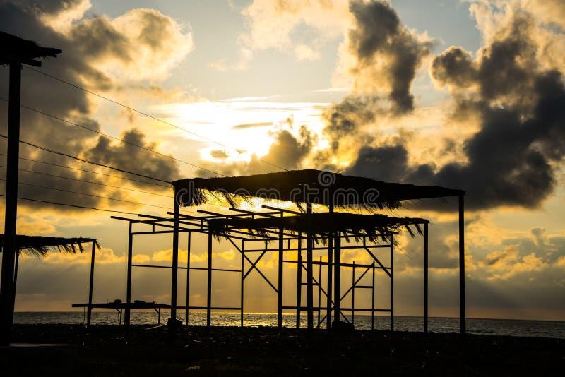 Härlig solnedgång ovanför Blacket Sea som ser från stranden i B royaltyfri bild