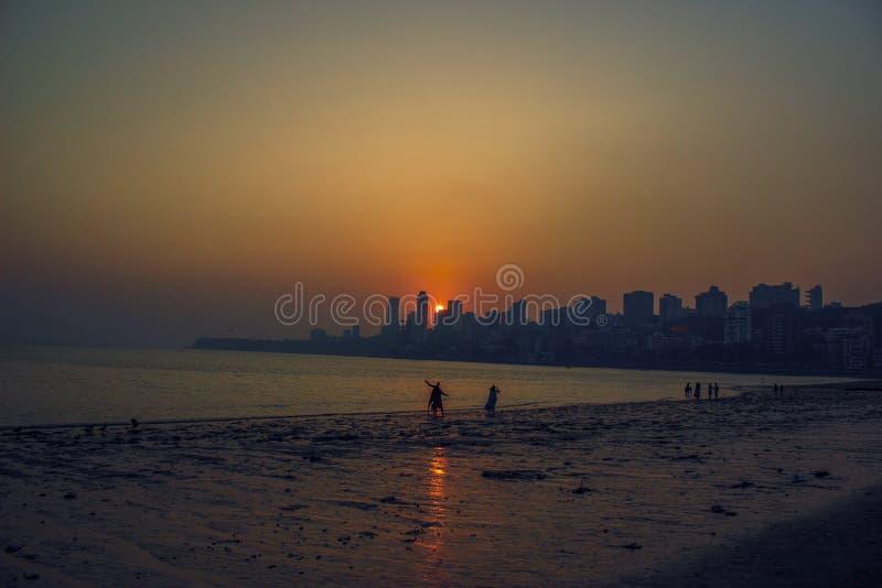 Härlig solnedgång ovanför stadshorisont royaltyfria foton