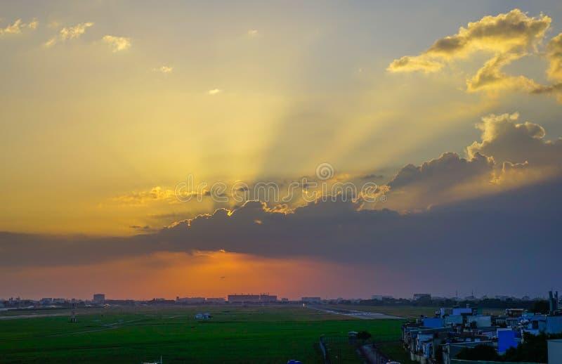 Härlig solnedgång på den borgerliga flygplatsen arkivbild