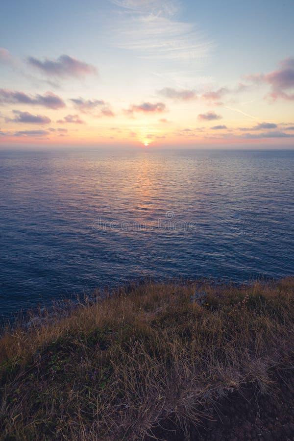 Härlig solnedgång på den Etretat klippan, en kommun i Seine-maritimeavdelningen i den Normandie regionen av norr Frankrike arkivfoton