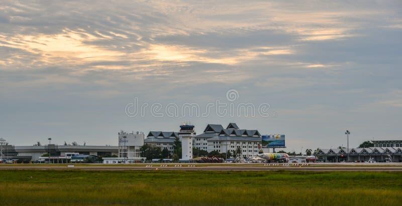 Härlig solnedgång på den Langkawi flygplatsen fotografering för bildbyråer