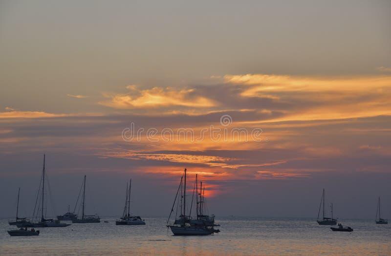 Härlig solnedgång på den Nai Harn stranden, Phuket royaltyfria foton