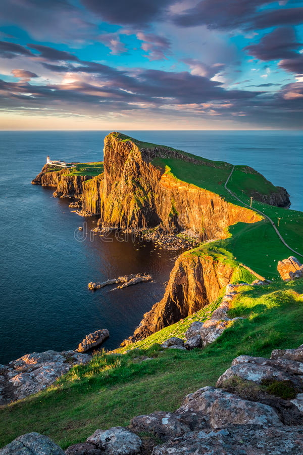 Härlig solnedgång på den Neist punktfyren, Skottland, UK royaltyfri foto