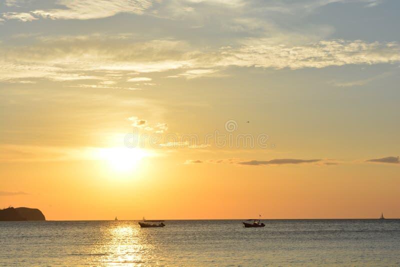 Härlig solnedgång på den Playa Hermosa stranden i Costa Rica arkivbilder