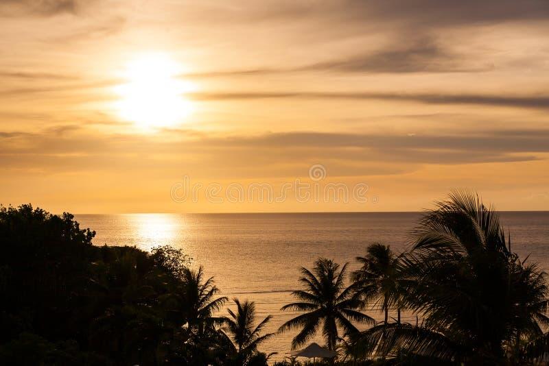 Härlig solnedgång på en strandsemesterort arkivfoto