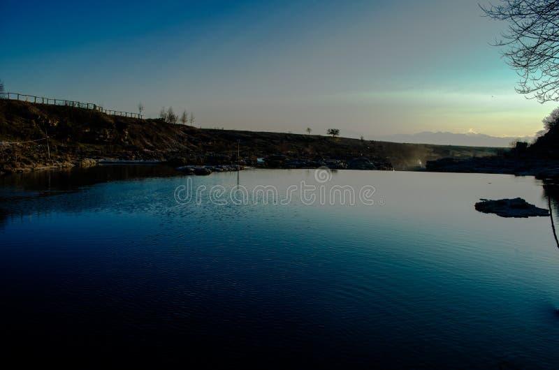 Härlig solnedgång på floden royaltyfria bilder