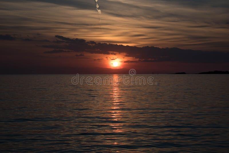 Härlig solnedgång på hav royaltyfria foton