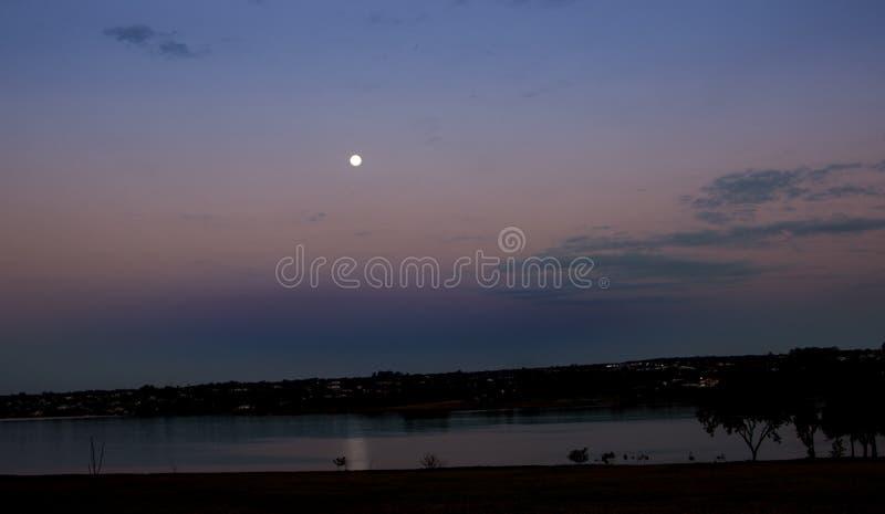 Härlig solnedgång på Lago Paranoa i Brasilia, Brasilien arkivbilder