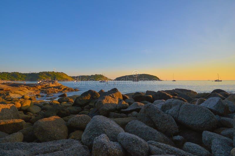 Härlig solnedgång på Nai Harn Beach fotografering för bildbyråer