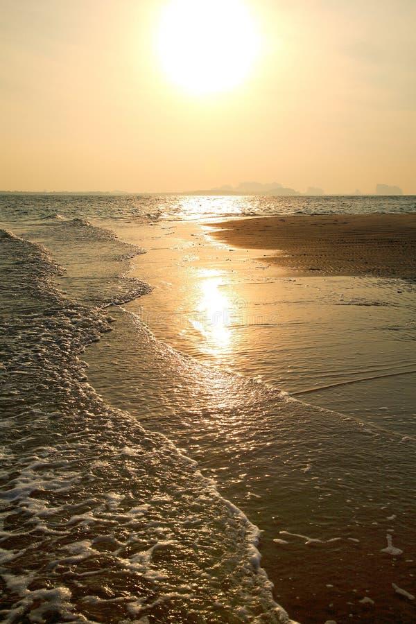 Härlig solnedgång på Nai Harn Beach, Rawai, Phuket, Thailand royaltyfria bilder