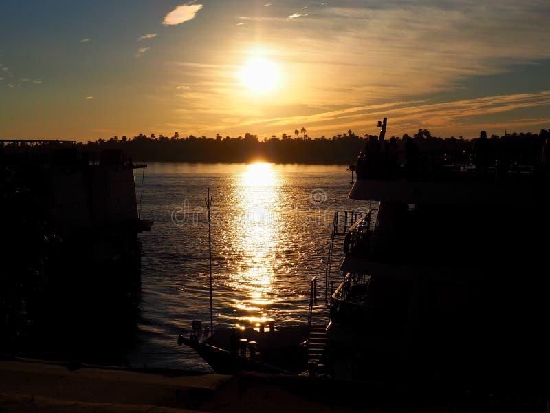 Härlig solnedgång på Nilen royaltyfri bild