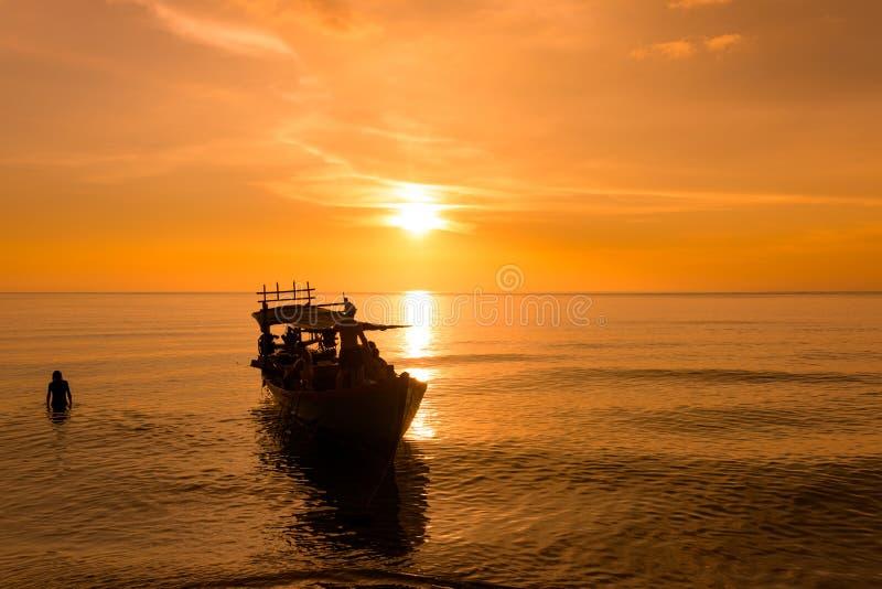 Härlig solnedgång på solnedgångstranden med skeppet royaltyfria bilder