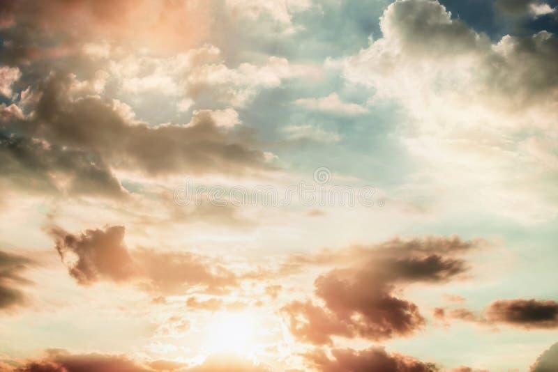 Härlig solnedgånghimmel med moln fotografering för bildbyråer