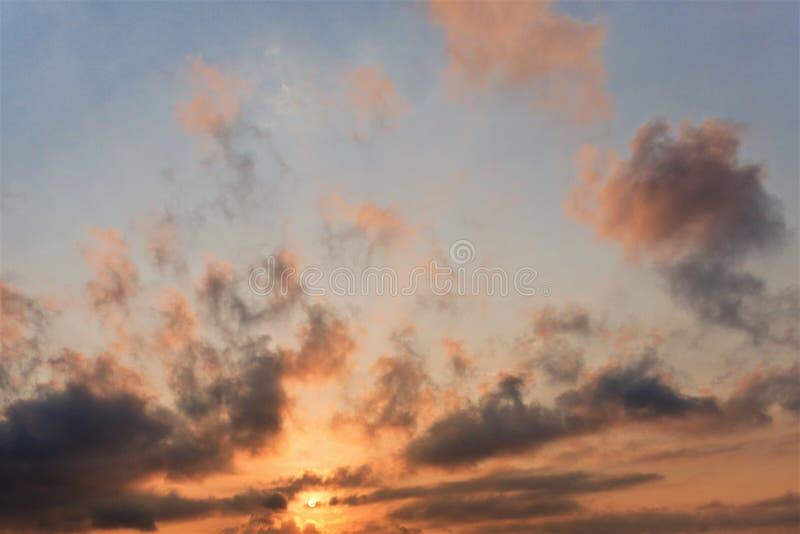 Härlig solnedgånghimmel som en kall bakgrund royaltyfri fotografi