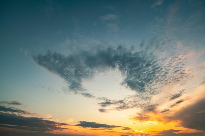Härlig solnedgångpanoramautsikt av himmel och moln royaltyfri bild