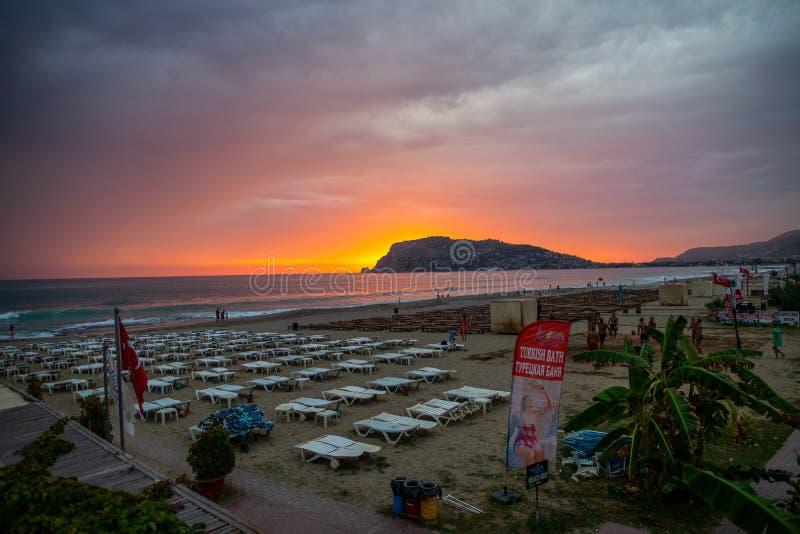 Härlig solnedgångplats på den Alanya stranden royaltyfri foto
